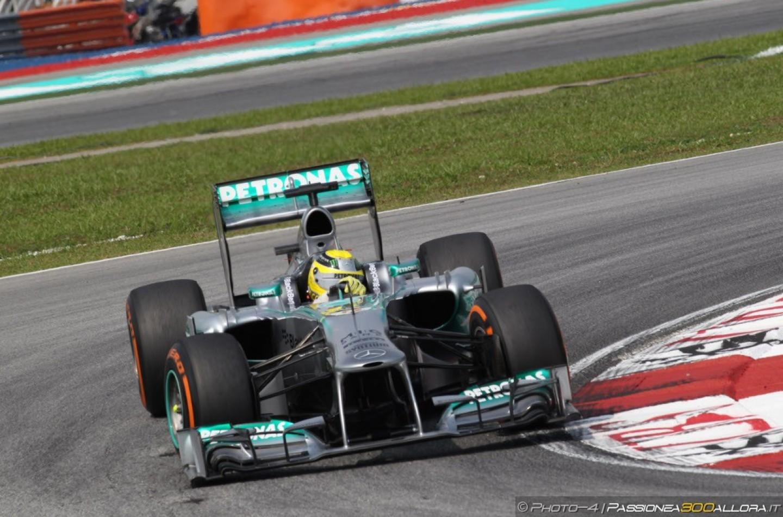 Libere 1 a Shanghai: le Mercedes dominano