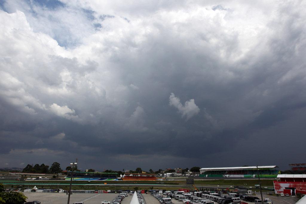 Libere 1 ad Interlagos sotto la pioggia. Davanti le Mercedes