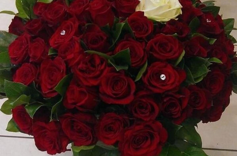 91 rose rosse, una bianca. Il regalo dei tifosi per Schumi