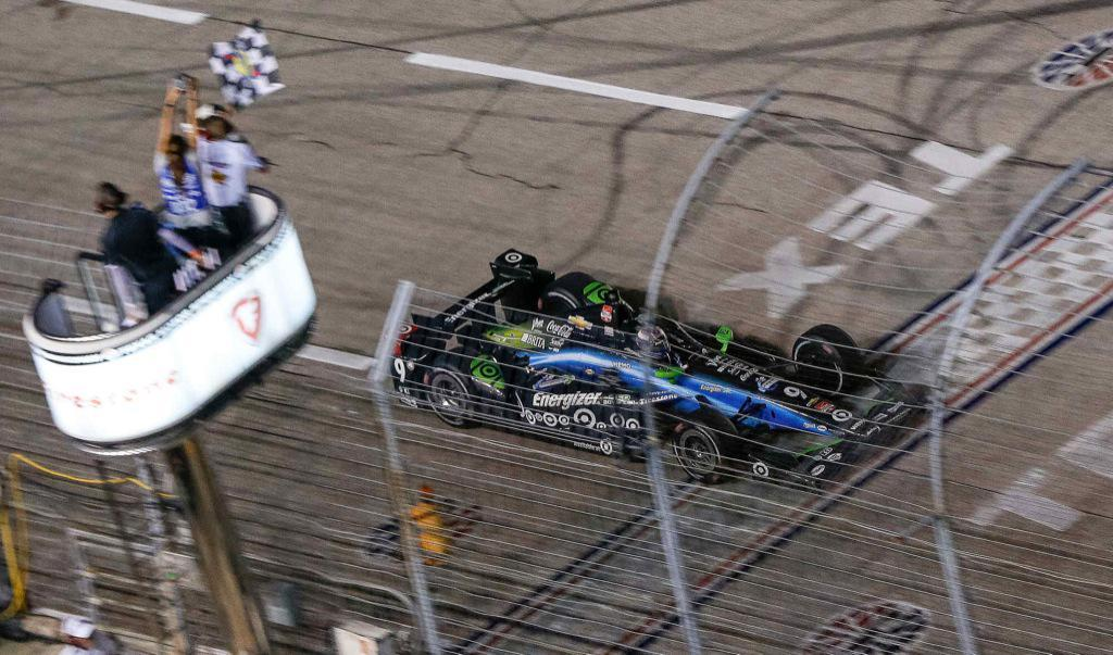 Indycar 2015, Dixon vince in solitaria davanti a Kanaan