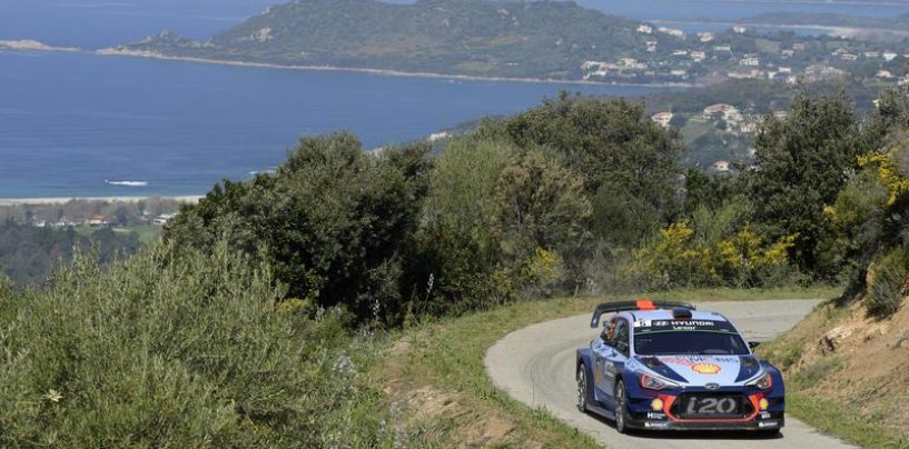 """<span class=""""entry-title-primary"""">WRC   Corsica: Meeke rompe il motore, Neuville al comando</span> <span class=""""entry-subtitle"""">Beffa per il pilota Citroën. Grande recupero del belga su Ogier, che paga un problema al differenziale</span>"""