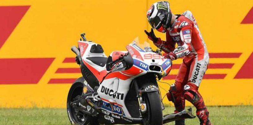 """<span class=""""entry-title-primary"""">Lorenzo, da rosso Ducati a rosso... di rabbia</span> <span class=""""entry-subtitle"""">Inizio difficile per lo spagnolo, cosa diranno i ducatisti?</span>"""