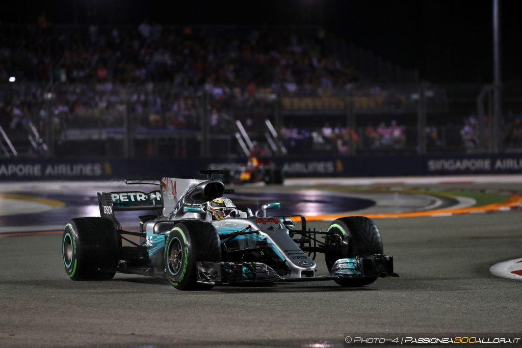 F1   GP di Singapore: Hamilton vince, disastro Ferrari in partenza