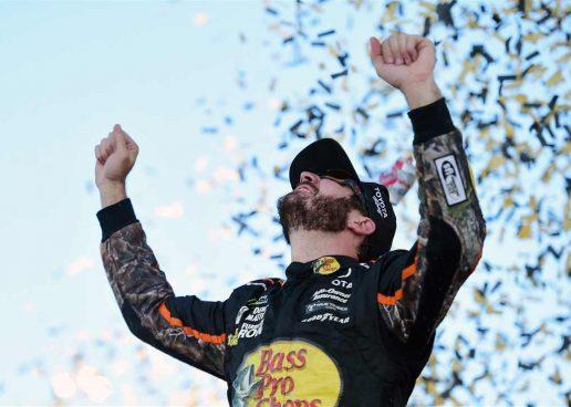 NASCAR | Truex vince anche in Kansas, per Larson campionato in fumo