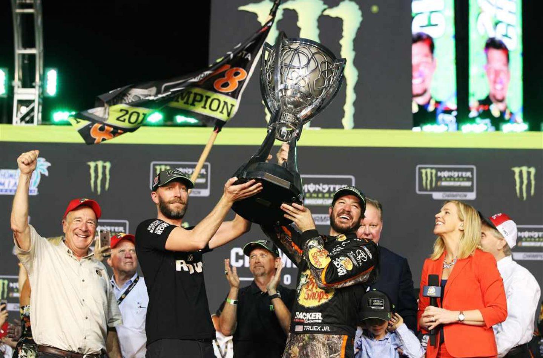 NASCAR   Martin Truex Jr. trionfa a Homestead!