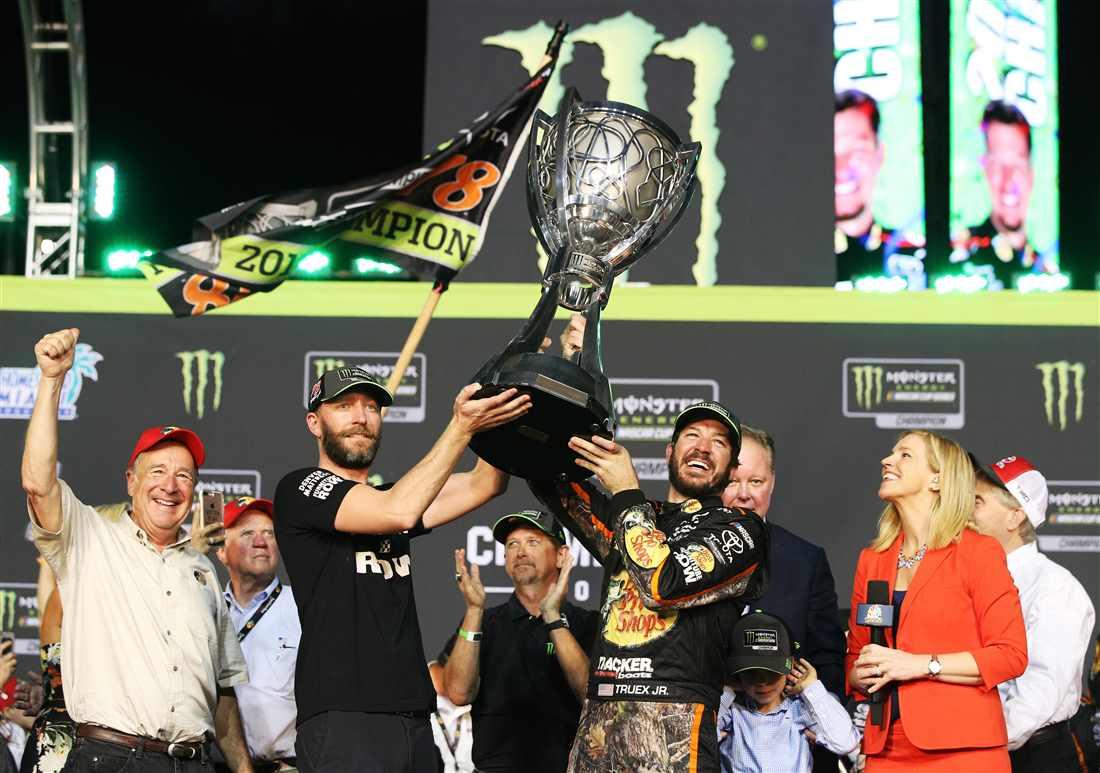 NASCAR | Martin Truex Jr. trionfa a Homestead!