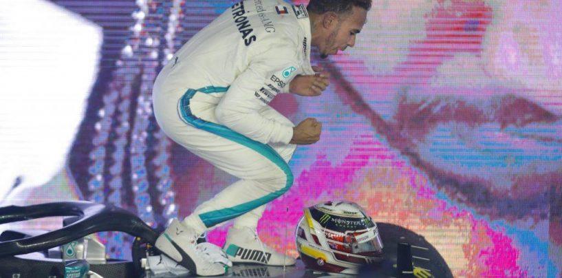"""<span class=""""entry-title-primary"""">Uno schiaffo a mano aperta e Juan Manuel Fangio in fondo al tunnel</span> <span class=""""entry-subtitle"""">Lewis domina ancora a Singapore e questa volta il colpo manda al tappeto. Non è ancora KO ma non manca molto</span>"""