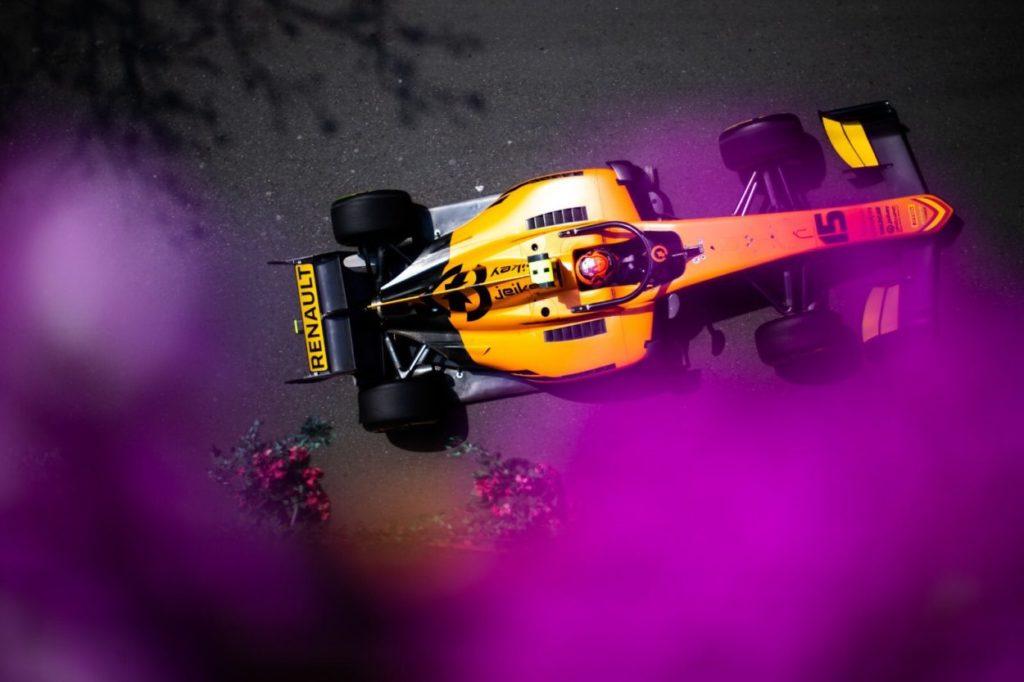 F2 | GP Azerbaijan, Jack Aitken vince una pazza Feature Race
