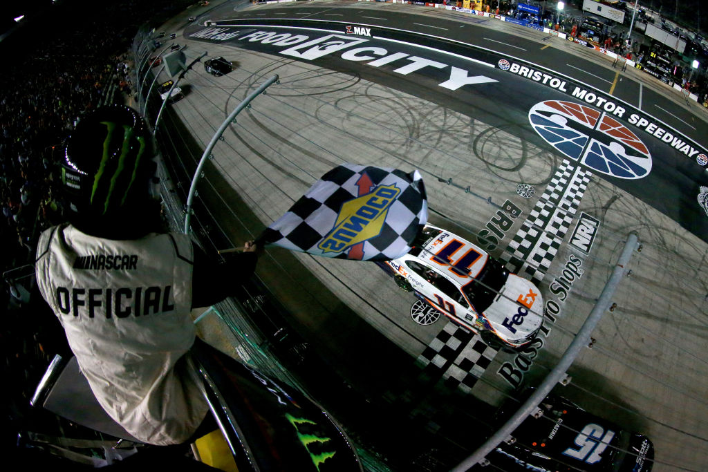 NASCAR | Hamlin beffa DiBenedetto nella notte di Bristol!