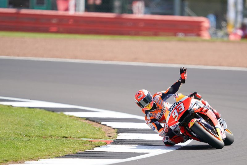 MotoGP | GP Gran Bretagna: 60a pole in top class per Márquez, prima fila per Rossi e Miller
