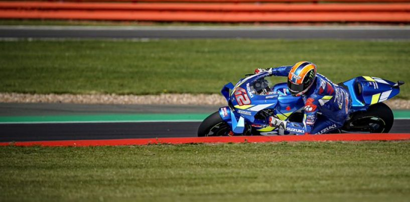 "<span class=""entry-title-primary"">MotoGP | GP Gran Bretagna: arrivo in volata entusiasmante, Rins vince su Márquez</span> <span class=""entry-subtitle"">La lotta tra spagnoli si risolve all'ultima curva. Viñales terzo, ""Dovi"" out insieme a Quartararo</span>"