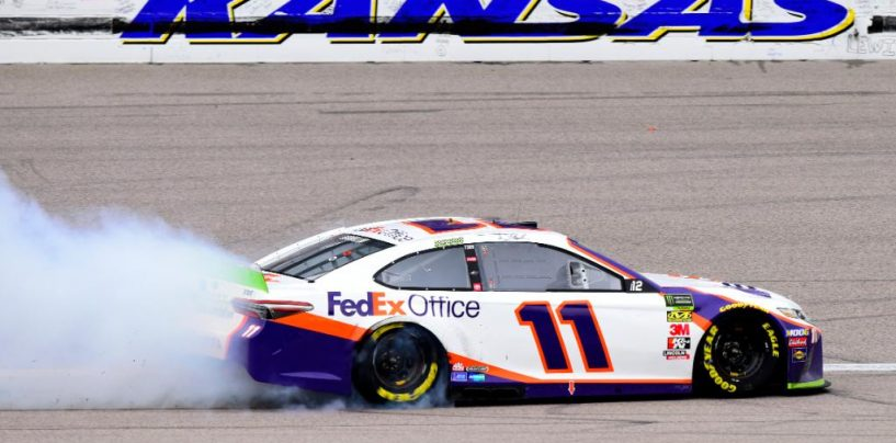 "<span class=""entry-title-primary"">NASCAR   Hamlin vince in Kansas dopo due overtime</span> <span class=""entry-subtitle"">Denny domina la seconda parte di gara e il ""Round of 12"". Elliott elimina Keselowski all'ultima ripartenza</span>"