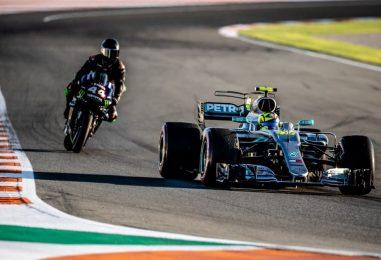 F1 | Hamilton - Valentino Rossi, le prime immagini dello scambio a Valencia