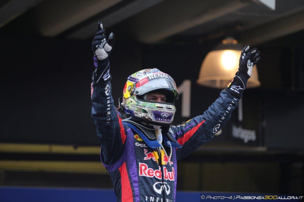 Sebastian Vettel saluta e ringrazia la Red Bull