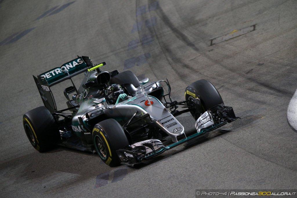 F1 | GP Singapore, qualifiche: Rosberg sbaraglia tutti. Vettel ultimo